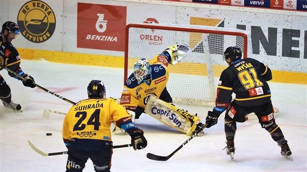 Brankář hostů Libor Kašík zasahuje hokejkou proti šanci Litvínova.