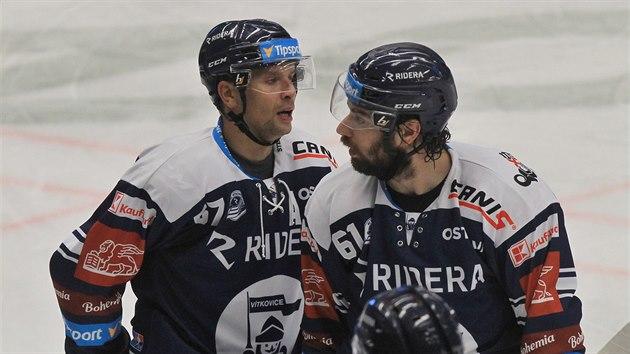Vítkovičtí hokejisté Jan Hruška (vlevo) a Petr Trška se radují z gólu.
