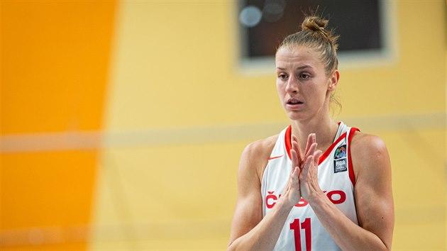 Česká basketbalistka Kateřina Elhotová v zápase s Dánskem.