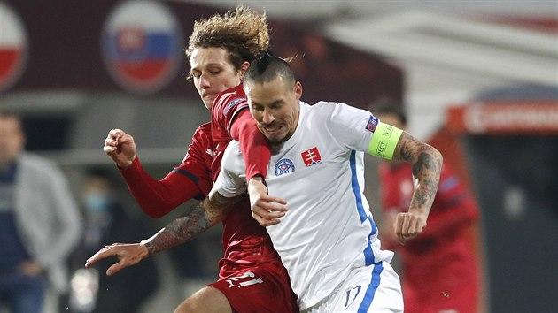 Slovenskı kapitán Marek Hamšík se pokouší obejít českého záložníka Alexe Krále.