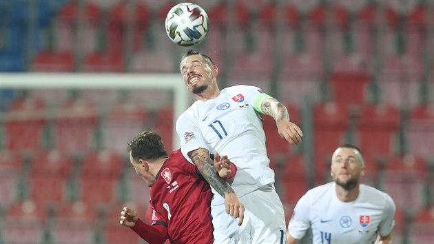 Slovenskı kapitán Marek Hamšík v hlavičkovém souboji s Vladimírem Daridou.