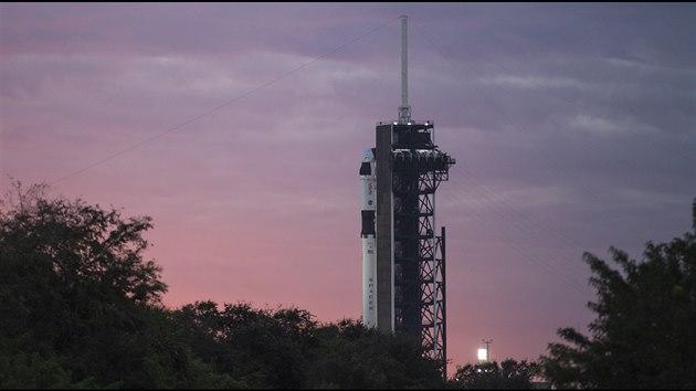 Loď SpaceX v neděli 15.11. ráno připravená ke startu v rámci mice Crew-1