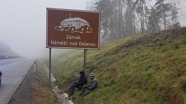 Ve čtvrtek u dálnice D1 policisté zajistili dva nelegální migranty z Maroka. (26. listopadu 2020)
