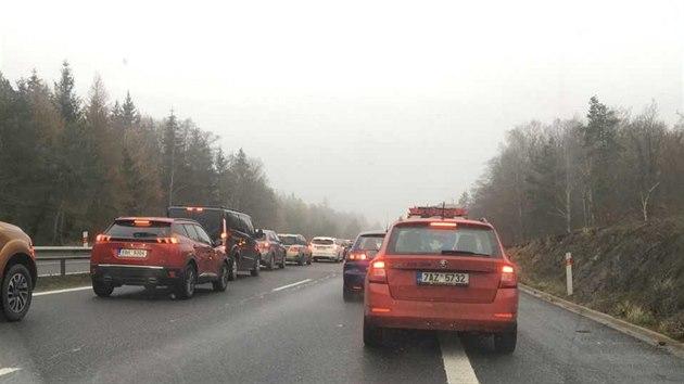 Na dálnici D4 ve směru na Strakonice se kvůli hromadné nehodě tvoří kolony . (28. listopadu 2020)