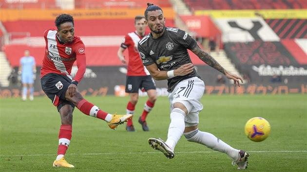 Kyle Walker-Peters ze Southamptonu (vlevo) střílí, brání ho Alex Telles z Manchesteru United.
