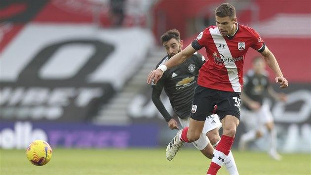 Jan Bednarek ze Southamptonu nahrává v zápase proti Manchesteru United.