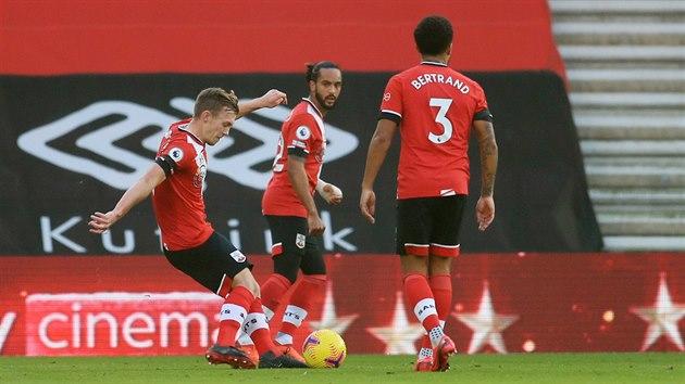 James Ward-Prowse (Southampton) rozehrává přímı kop, ze kterého skóruje proti Manchesteru United.