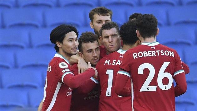 Fotbalisté Liverpoolu oslavují gól vstřelenı Brightonu. Trefil se Diogo Jota (uprostřed).