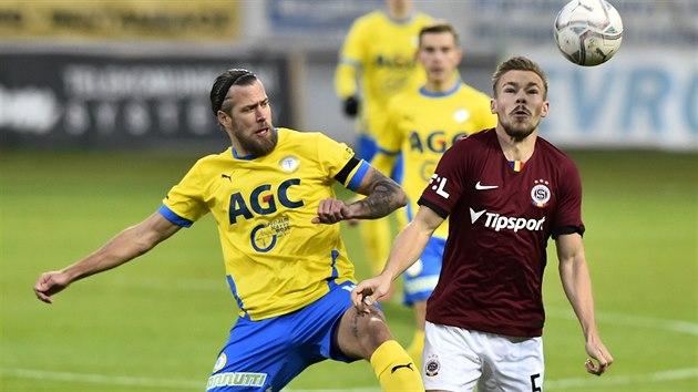 Sparťanskı obránce Dominik Plechatı (vpravo) se snaží nepustit k míči Jakuba Mareše z Teplic.