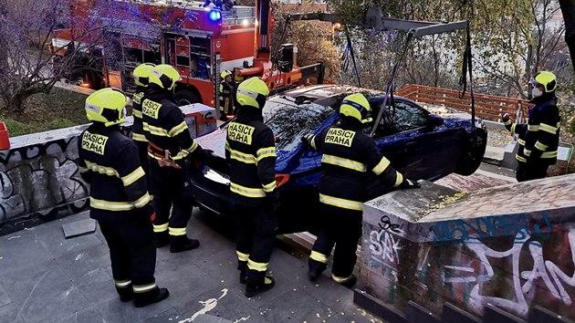 Hasiči vyprostili auto, které sjelo část schodů na konci Lublaňské ulice v Praze (22. listopadu 2020)