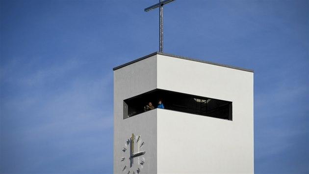 Na Barrandově stojí novı kostel Krista Spasitele v Praze. Minimalistická stavba vznikla podle návrhu architektů Jakuba Žišky a Pavla Šmelhause a zahrnuje i komunitní centrum se sálem, klubovnami a kavárnou.