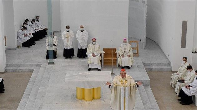 Kardinál Dominik Duka posvětil novı kostel Krista Spasitele v Praze na Barrandově. Minimalistická stavba kostela zahrnuje i komunitní centrum se sálem, klubovnami a kavárnou (22. listopadu 2020).