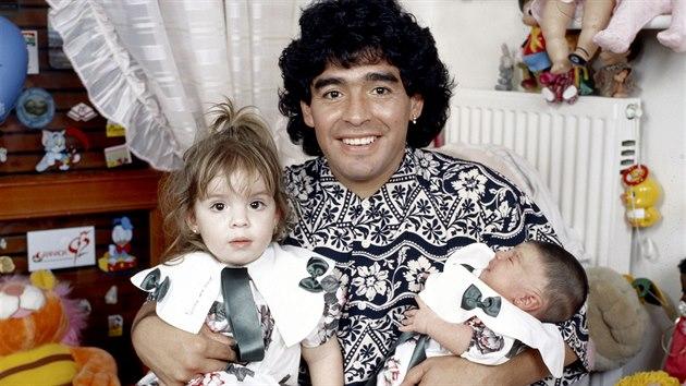Diegovy lásky. Patřil k nim doutník, ale hlavně dcery Dalma a mladší Giannina. Ta je dnes módní návrhářkou a má syna Benjamína se známım argentinskım fotbalistou Sergiem Agüerem.
