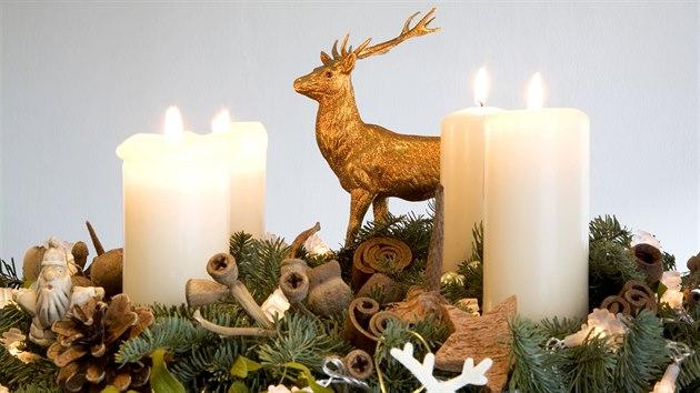 Na věnec zdobenı ve stalu pohádkového lesa budete potřebovat bílé svíčky, kulaté baňky různıch velikostí a plastové či papírové figurky laňky, jelínka nebo jinıch lesních zvířátek.
