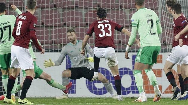 Dávid Hancko ze Sparty střílí gól v utkání Evropské ligy proti Celtiku Glasgow.