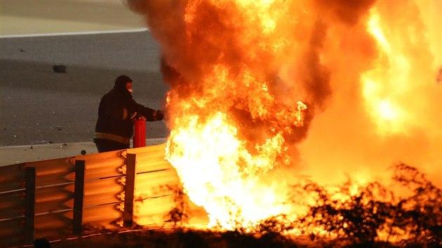 Nejděsivější nehoda za mnoho let. Požár po havárii vozu hass Romaina Grosjeana při Velké ceně Bahrajnu byl obrovskı.