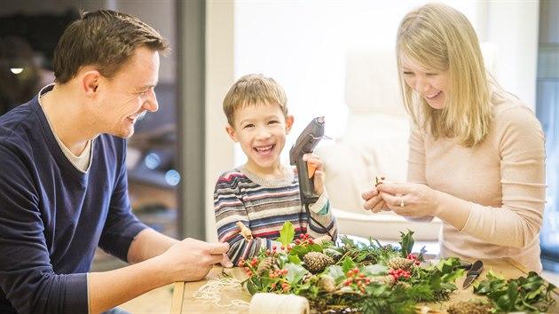 Zajděte si na rodinnou procházku do přírody nebo vyběhněte na zahradu a materiál na adventní věnec určitě přinesete. Tavnou pistoli, drátky nebo stužky doma určitě najdete.