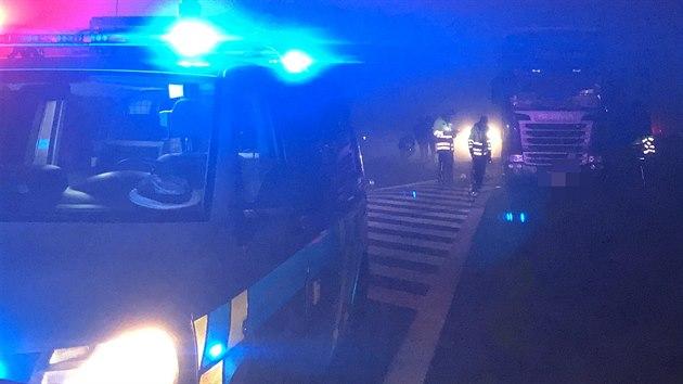Tragická nehoda se odpoledne stala na dálnici D8 u Zdib u Prahy. Po srážce kamionu s dodávkou zemřel jeden člověk. (24. 11. 2020)