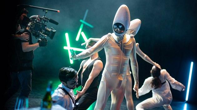 Záběr z přímého přenosu představení pohybového souboru Dekkadancers v rámci televize Naživo.