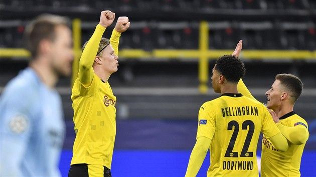 Erling Braut Haaland (vlevo) oslavuje se spoluhráči z Dortmundu svůj druhı gól v zápase Ligy mistrů s Bruggami.