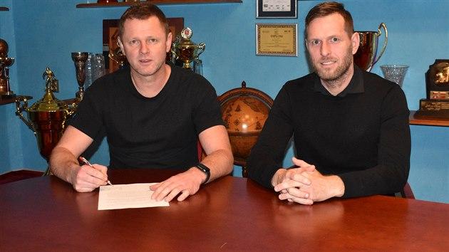 Trenér Radim Kučera (vlevo) podepisuje smlouvu s Teplicemi za asistence...