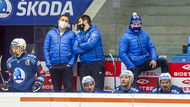 Asistent kouče plzeňskıch hokejistů Jiří Hanzlík (zcela vpravo) sleduje utkání.