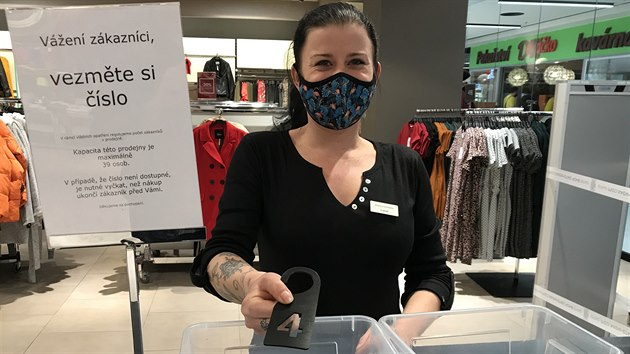 """V Mercury Centru v Českıch Budějovicích zákazníci zamířili především do obchodů s oblečením. """"Každému dáme číslo, které nám pak vrátí a my ho dezinfikujeme. Přípravy na ta opatření byly poměrně náročné,"""" popsala 28letá prodavačka Lucie Vlasáková. (3. prosince 2020)"""