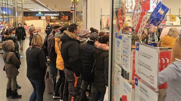 Fronty v nákupním centru v Jihlavě. (3. prosince 2020)