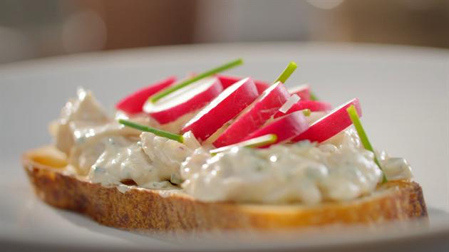 Kousek pečené ryby vám zbyl? Pomazánku na chleba z něj vykouzlíte za pár minut.