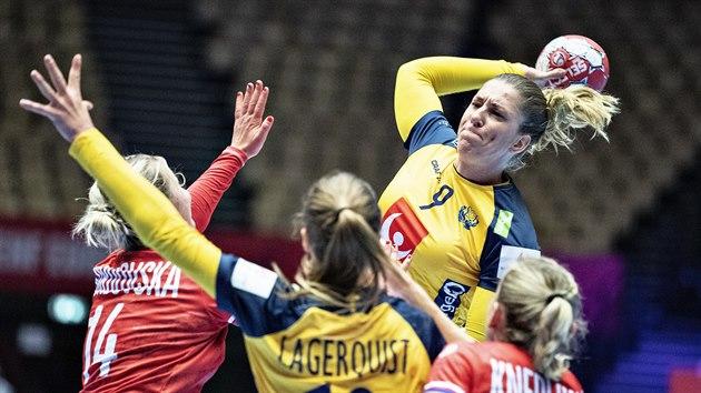 Švédská házenkářka Melissa Petrenová se snaží probít českou obranou.