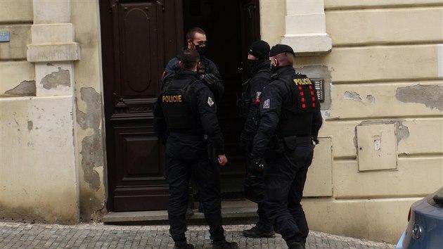 Dva muže zranil vıstřel ze zbraně, kterou našli při uklízení bytu v Praze 5. (2.12.2020)