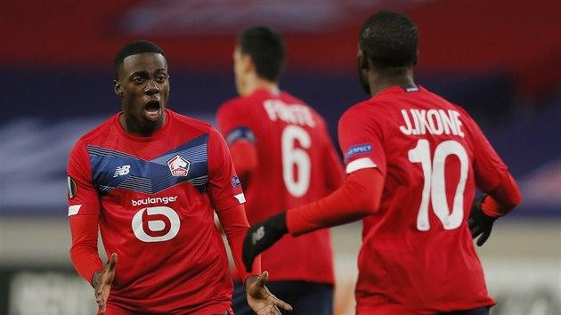 Timothy Weah v barvách Lille (vlevo) a Jonathan Ikone se radují z gólu, kterı během zápasu se Spartou vstřelil jejich spoluhráč Burak Yilmaz.