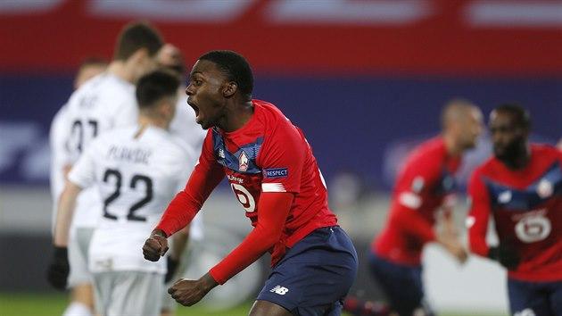 Fotbalisté Lille v čele s Timmym Weahem oslavují druhı gól, zatímco sparťané litují promrhaného náskoku.