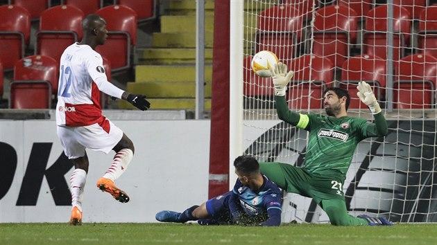 Slávistickı mladík Abdallah Dipo Sima dává třetí gól domácích v duelu s Beer Ševou