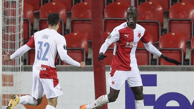 Slávista Abdallah Dipo Sima se raduje z gólu do sítě Beer Ševy se spoluhráčem Ondřejem Lingrem.