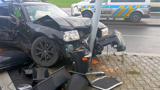 U plzeňského Hlavního nádraží bourali v neděli před polednem policisté, kteří se zapojili do pronásledování auta nahlášeného jako kradené. (6. 12. 2020)