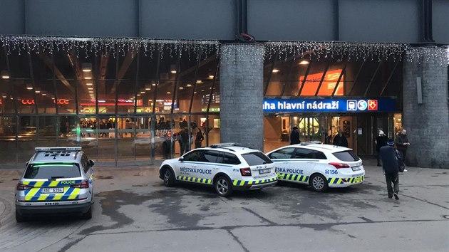 Policisté pátrají po sedmiletém chlapci, kterı se ztratil v sobotu dopoledne na pražském Hlavním nádraží. (12. prosince 2020)