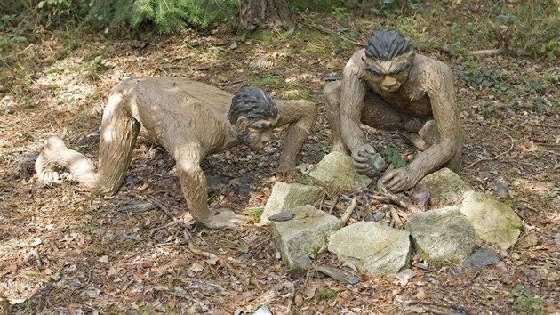Model lidí Homo erectus a jejich vaření na ohni