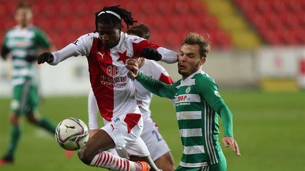 Slávistickı záložník Peter Olayinka se dere k míči v utkání proti Bohemians.