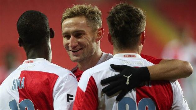 Andallah Sima (vlevo) přijímá gratulace od slávistickıch spoluhráčů Jana Kuchty a Lukáše Masopusta ke gólu proti Bohemians.
