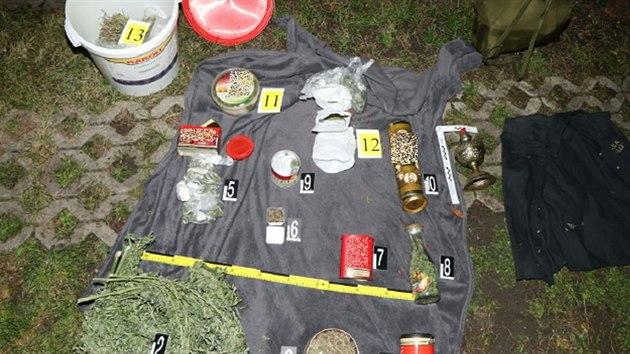 Drogy, které si pachatel schoval v zahrádkářské kolonii v Ostrově.