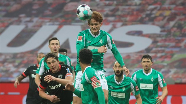 Josh Sargent z Brém hlavičkuje v utkání s Leverkusenem.