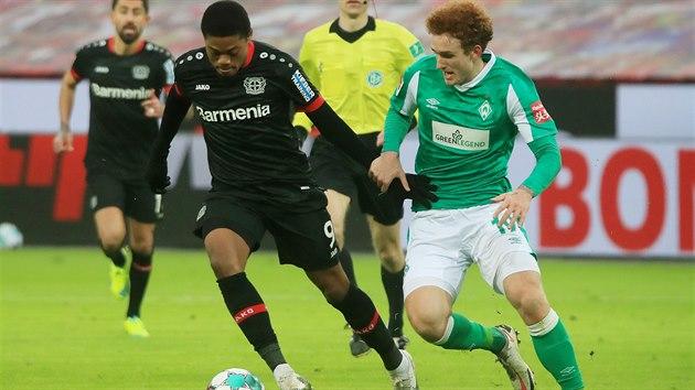 Leon Bailey z Leverkusenu uniká Joshi Sargentovi z Brém.