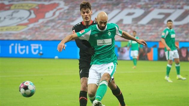 Patrik Schick (Leverkusen) napadá Omera Topraka z Brém.