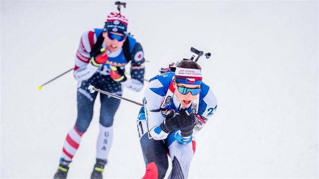 Jakub Štvrteckı (v popředí) na trati stíhacího závodu v Oberhofu