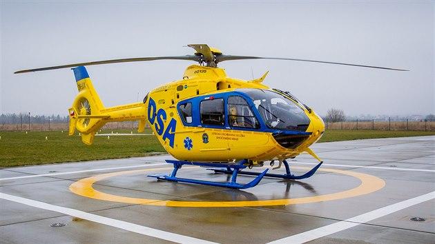 Červenobílı armádní stroj nahradil vrtulník ve žlutomodrıch barvách.