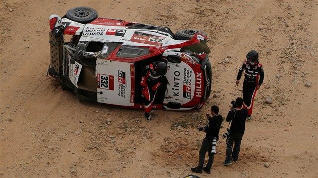 Henk Lategan a jeho navigátor Brett Cummings po nehodě v páté etapě Rallye Dakar.