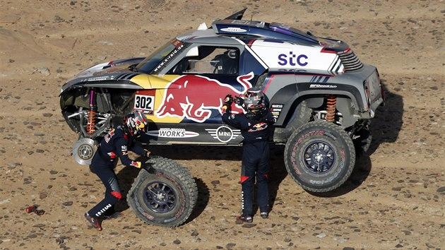 Stéphane Peterhansel s Edouardem Boulangerem mění kolo během třetí etapy Rallye Dakar.