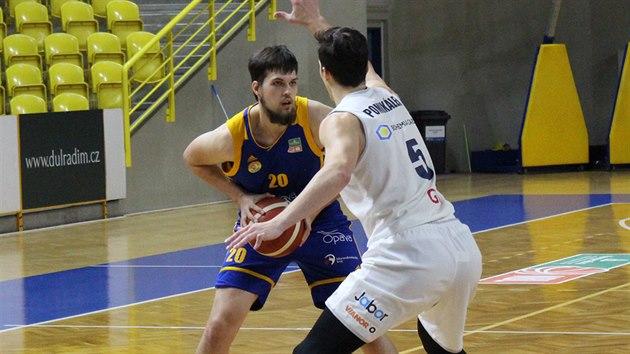 Jiří Štěpánek (vlevo) z Opavy útočí v zápase s Děčínem, brání ho Tomáš Pomikálek.