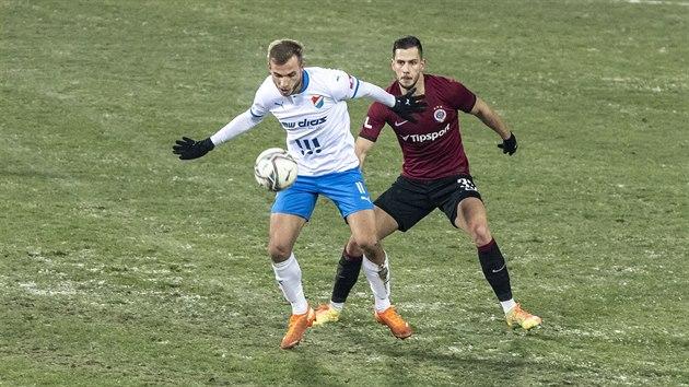 Nemanja Kuzmanovič (vlevo) z Baníku Ostrava se snaží zpracovat balon, zezadu ho sleduje Dávid Hancko ze Sparty.